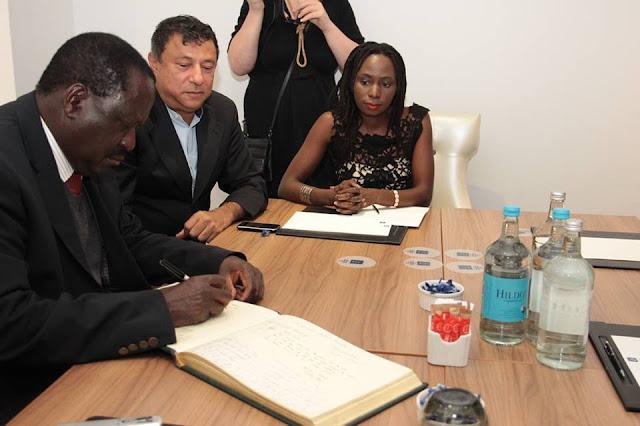Raila Odinga Sign Nelson Mandela's Tribute Book