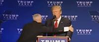 Trump corriendo de un mitin