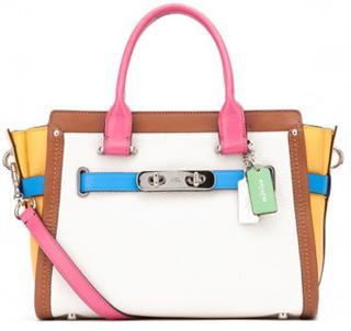 afde1a225ca Sob o comando do casal a marca COACH introduziu vários itens de grande  sucesso como as pequenas bolsas para cosméticos (conhecidas como  necessaire)