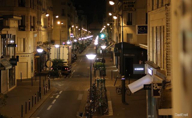 La rue du Commerce à Paris, la nuit