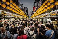 /night-market-crowd-seafood-taiwan