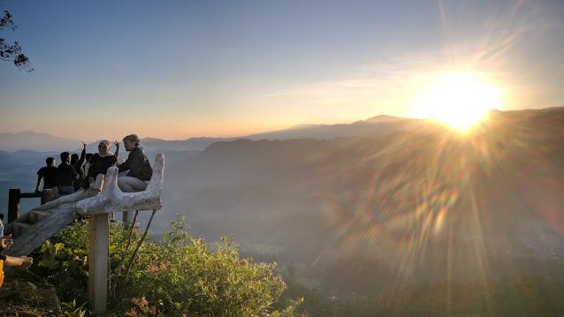 Para wisatawan Gunung Luhur berswafoto saat Sunrise