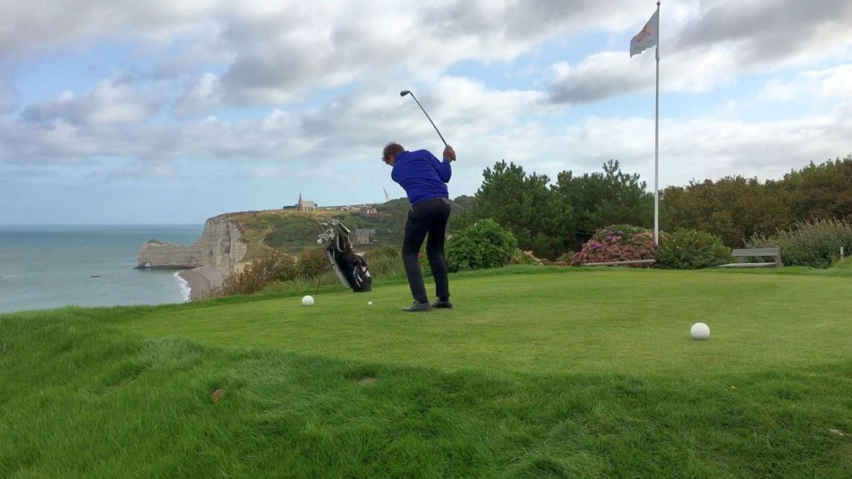 Игра в гольф в Этрета во Франции