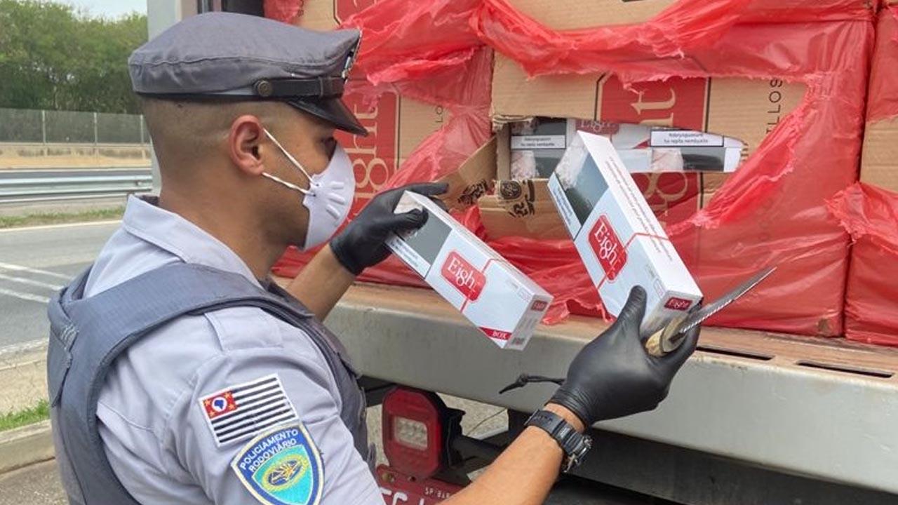 Polícia Rodoviária prende homem que transportava mil caixas de cigarros contrabandeados