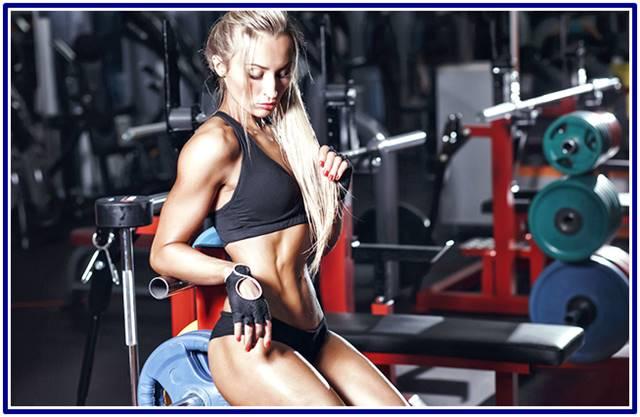 Mujer ectomorfa en el gimnasio
