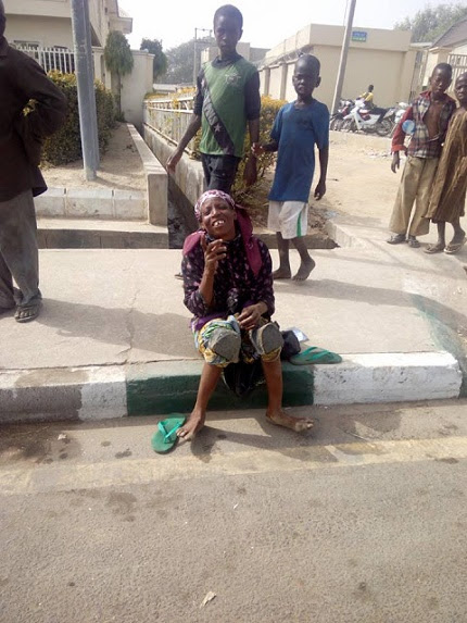 Female Beggar Pretending To Be Crippled Was Busted in Bauchi (Photos)