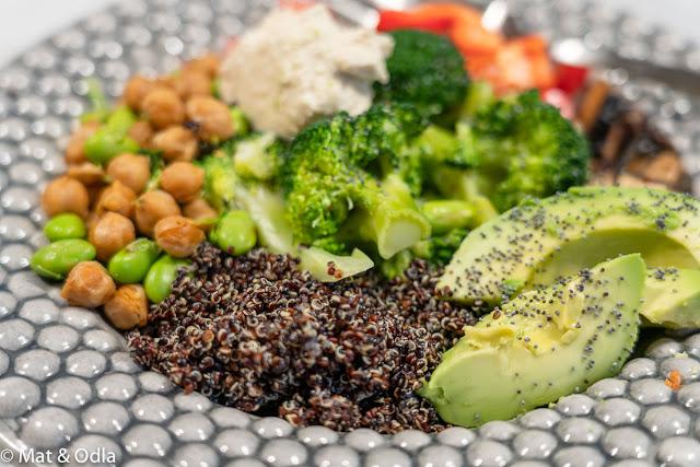 Poké bowl med svart quinoa och kikärtor