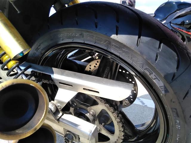 イナズマ400のリアタイヤの写真