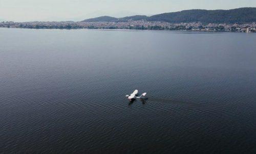 Μετά από πρωτοβουλία της Ελληνικής Ένωσης φίλων του Υδροπλάνου που εκπροσωπεί έναν μη κερδοσκοπικό οργανισμό και έχει συσταθεί για να προωθήσει την χρησιμότητα των υδροπλάνων στην χώρα μας, προσνηώθηκε στην λίμνη Παμβώτιδα ένα ιδιωτικό υπερελαφρύ υδροπλάνο.