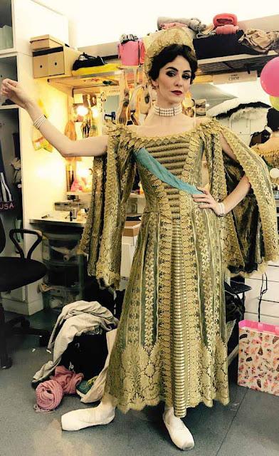 Bailarina com vestido amarelo de Anastasia