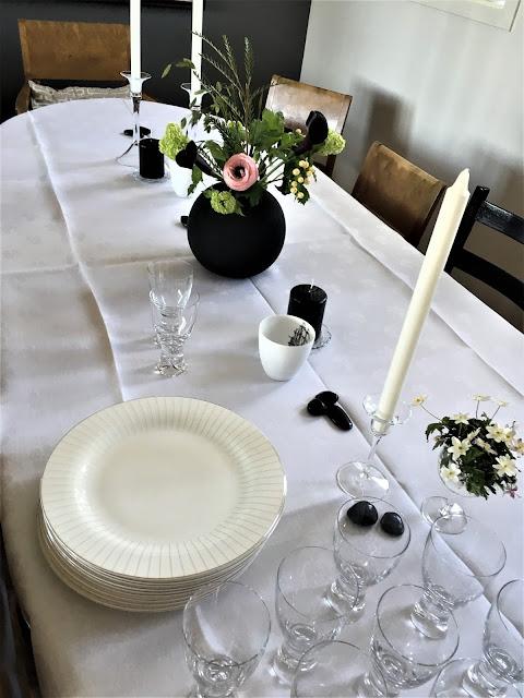Slik starter borddekkingen - med duk og lys