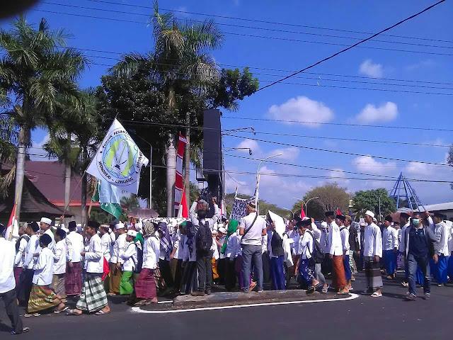 17 Ribu Santri Aksi Damai Tolak FDS di Lumajang, Besok PWNU Rapat Akbar untuk Aksi Tolak FDS Berikut. Photo: KBA Aswaja