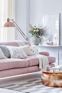 manta e sofá tons pasteis