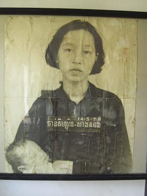 Retraro de mujer con su bebé del S-21 en Phnom Penh, Camboya