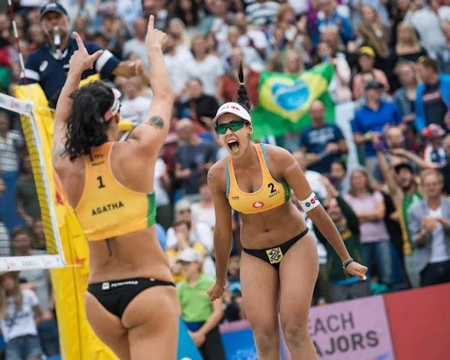 Ágatha e Duda comemorando partida no Circuito Mundial de Vôlei de Praia