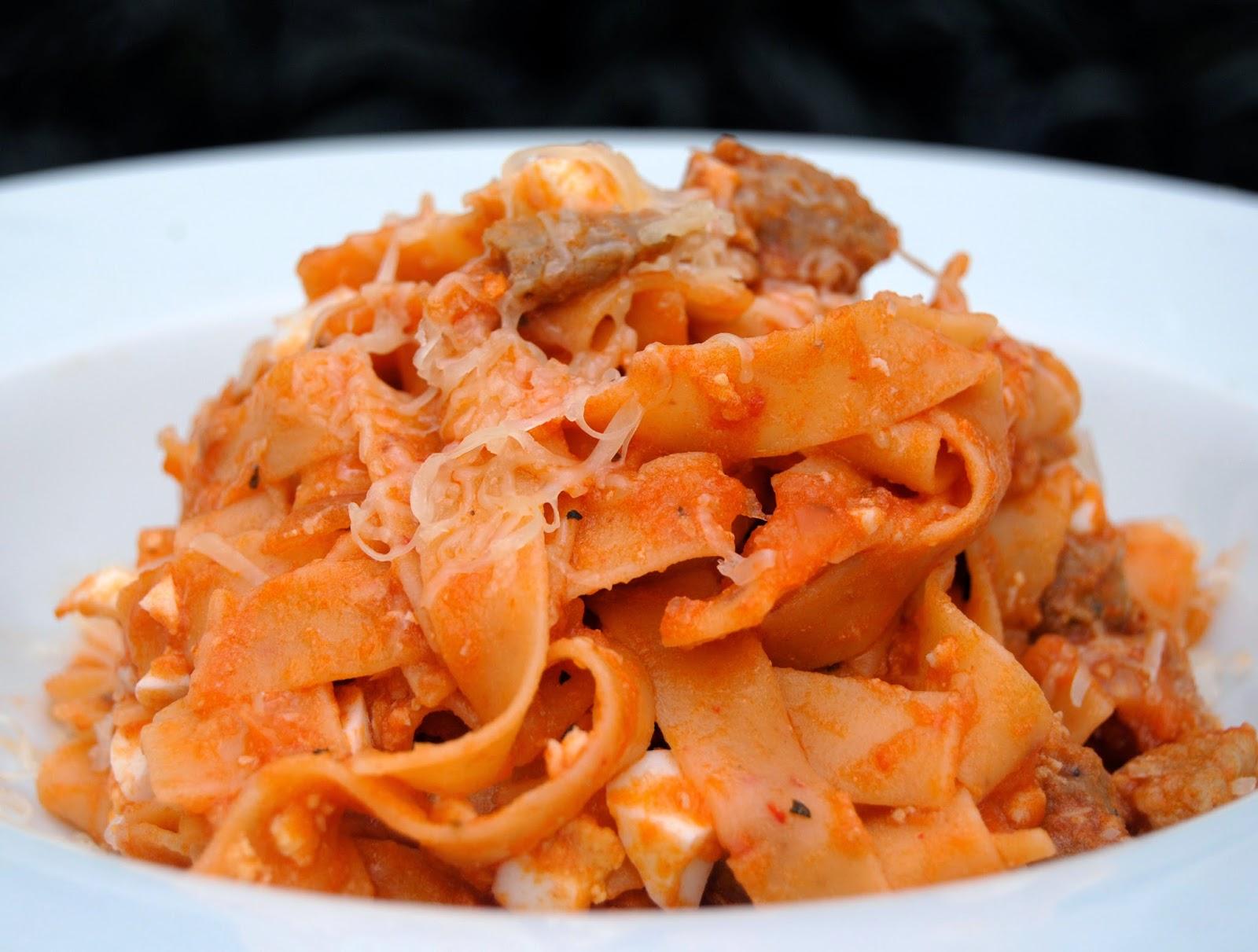Tagliatelle all'Arrabbiata con Magro de Cerdo y Salsa de Tomate