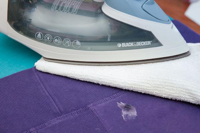 استخدام المكواة لازالة الغراء على الملابس