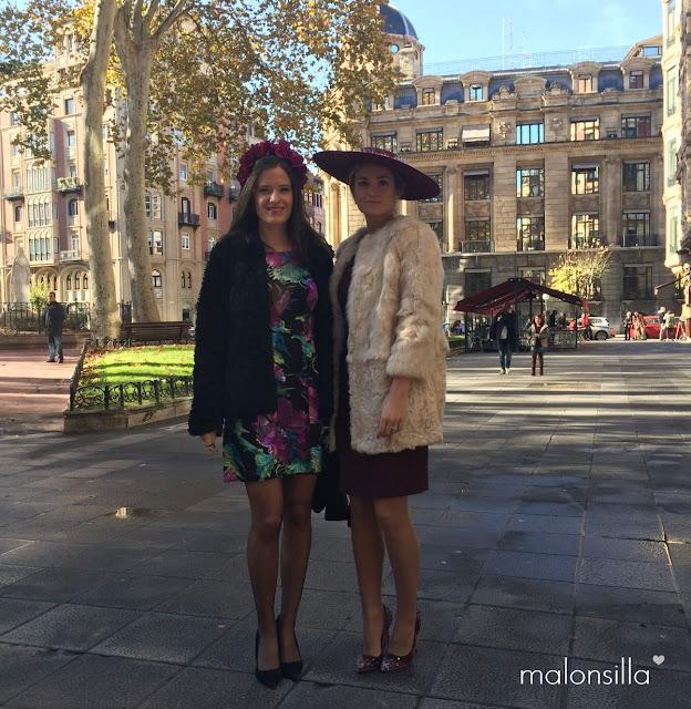 Alba, Look invitada con vestido y zapatos stilettos burdeos, abrigo color crema y pamela SALINAS con pluma by Malonsilla