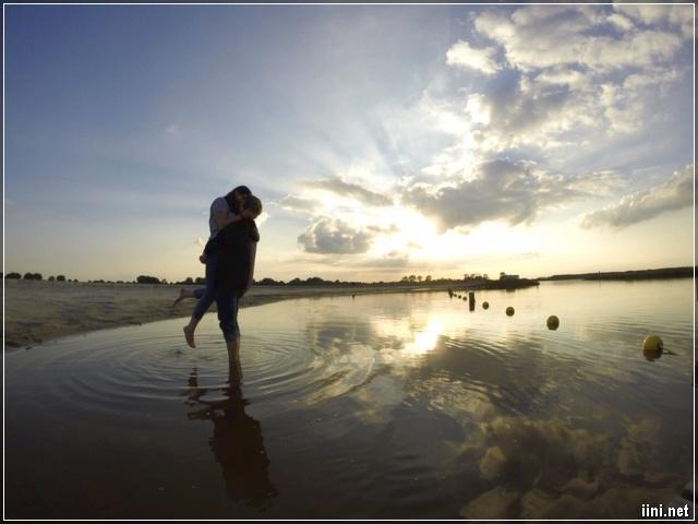 Hôn nhau bên bờ biển