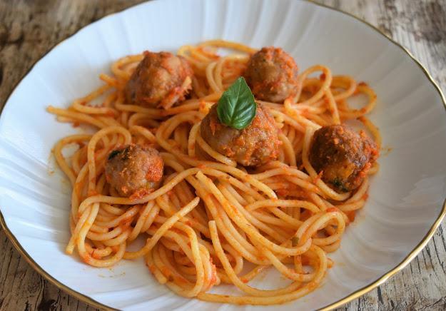 Espaguetis Con Albóndigas Y Salsa De Tomate Casera