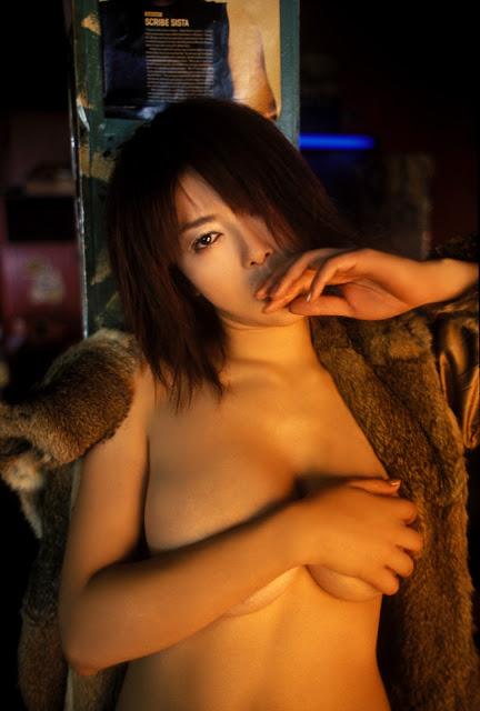 一手遮奶!女星們永不退流行的手胸罩「handbra」