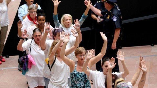 Detienen a 500 mujeres en protesta migratoria de EE.UU.