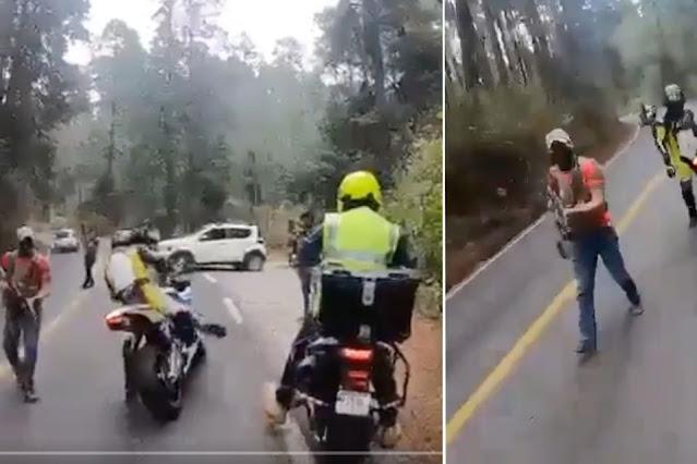 Video: Bájate ALV Sicarios de La Familia Michoacana le salen a medio camino boscoso a Bikers y apuntándoles con armas les quitan los motocicletas