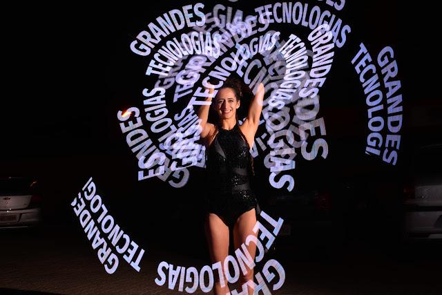 Performance para lançamento de produto pixel poi malabares com logomarca e luzes de Humor e Circo Produtora em São Paulo.