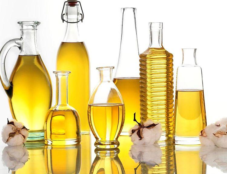 Varios envases que contienen aceite vegetal elaborado industrialmente