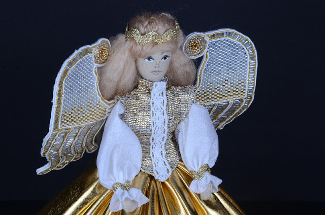 Złoty Aniołek ze skrzydłami z koralików.