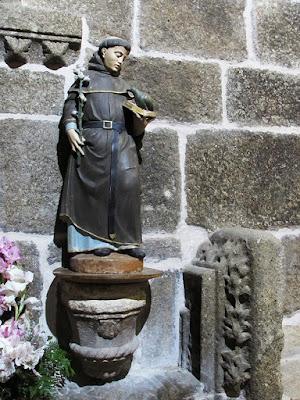 um santo no interior de uma igreja na Rota do Românico