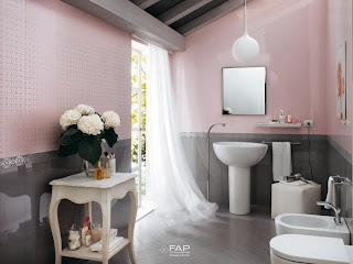 Cuarto de baño gris con rosa
