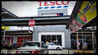 Gambar papan tanda TESCO, papan tanda Berhenti, tempat letak kereta TESCO Putra Nilai. Street Food.
