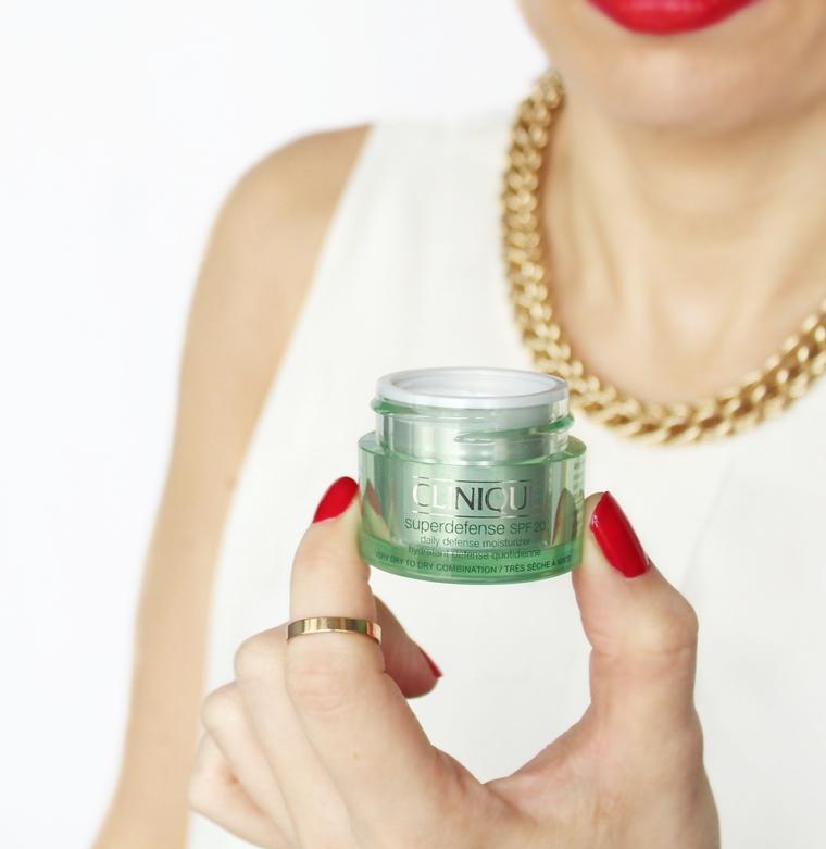 Kosmetyki do pielęgnacji twarzy, których lepiej unikać - krem nawilżający na dzień Clinique Superdefense SPF 20