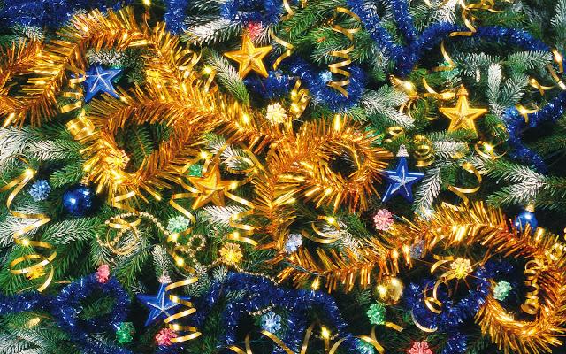 Kerst wallpaper met gouden en blauwe kerstdecoratie