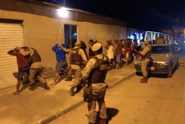 VEJA VIDEO: Polícia precisou usar agentes químicos para dispensar multidão em festa Clandestina na Vila Valdete