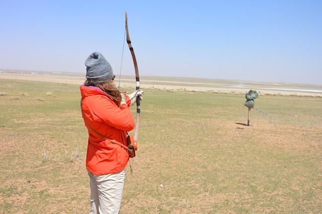 Chloé tire à l'arc en mongolie intérieure
