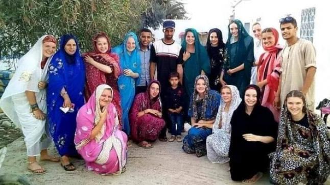 """المتطوعات البلجيكيات يرفعن التحدي في وجه """"التهديدات الإرهابية"""" ويرفضن مغادرة المغرب ونشرن صورا لهن في ضيافة إمام مسجد"""