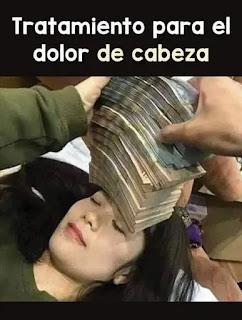 Mujer tumbada con un fajo de billetes en la frente