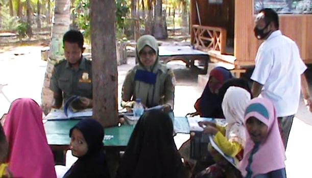 Petugas Pos Jagawana Seksi I Takabonerate Giat Mengajar Anak-anak Pulau Selama Pandemi