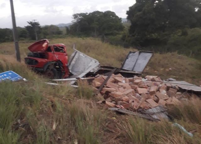 Motorista morre após caminhão capotar na BR-101em São José de Mipibu, no RN