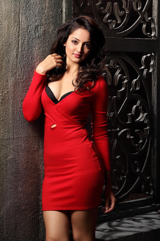 Shanvi Looks stunning in backless Black T-Shirt