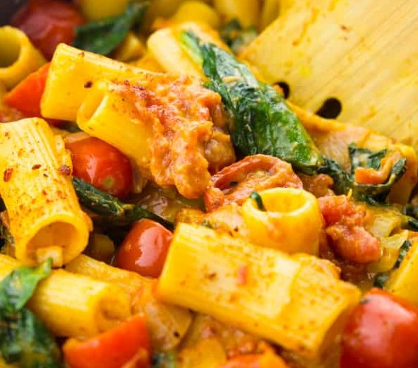 VEGAN ONE POT PASTA WITH SPINACH AND TOMATOES #veggies #weeknight