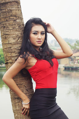 Medium losngshoot model cantik dan seksi Model manis Shelly Febrianti