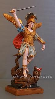 piccole sculture su commissione santi san michele drago statuette storiche orme magiche