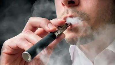"""زعمت دراسة أن مدخني السجائر الإلكترونية من نوع """"الفايب"""" المصابين بفيروس كورونا يزيدون من احتمال انتشار مرض كوفيد-19 بنسبة تصل إلى 17 في المئة لأنهم ينفثون الفيروسات عند نفث الدخان. ويقول فريق العلماء، بقيادة الدكتور روبرتو سوسمان من جامعة المكسيك الوطنية، إن نفث البخار من الفايب يمكن أن يدفع آلاف الفيروسات نحو الناس في المنطقة المحيطة بمدخن هذا النوع من السجائر الإلكترونية.  ويمكن للقطرات المحملة بـفيروس كورونا أن تنتقل أكثر من مترين في الجو، وهو الحد الأبعد لقواعد التباعد الاجتماعي في بريطانيا وكثير من دول العالم.  ودعا الخبراء مدخني الفايب إلى عدم استخدام أجهزتهم أثناء التواجد في طوابير الانتظار أو في محطات الحافلات أو غيرها من الأماكن التي يتعرض فيها الأشخاص لخطر مواجهة """"سحابة دخان الفايب""""، كما ذكرت صحيفة الديلي ميل البريطانية.  في الدراسة، قال باحثون، من المكسيك وإيطاليا ونيوزيلندا، إن الطلب من الناس التوقف عن تدخين السجائر الإلكترونية في المنازل يعد """"أمرا تطفليا للغاية، لكن قد يكون من المعقول حظره في الأماكن العامة مثل المطاعم ومحطات القطار.  غير أن الباحثين أوضحوا أن الخطر الذي يشكله تدخين السجائر الإلكترونية يظل """"أقل"""" من خطر التحدث أو السعال أثناء الاقتراب من شخص ما.  يشار إلى أن الدراسة لم تتضمن مقارنة بين تدخين السجائر الإلكترونية وتدخين السجائر الحقيقية، لكنهم قالوا إن """"معظم النتائج التي حصلنا عليها تنطبق على نفث الدخان المنبعث من المدخنين عموما"""".  في هذه الدراسة، وضع العلماء نموذجا لمقدار الفيروس الذي يمكن أن تحمله السحب الإلكترونية منخفضة الكثافة، أي عندما يتم احتجازه في الفم قبل سحبه إلى الرئتين ثم نفثه إلى الخارج، و""""شديد الكثافة""""، عندما يتم استنشاقه مباشرة إلى الرئتين ثم نفثه بقوة إلى الخارج.  ووجدوا أن نفث الهواء منخفض الكثافة من الأفراد المصابين أدى إلى """"خطر عدوى إضافي ضئيل''، مما يزيد من فرصة إصابة المارة بالفيروس بنسبة 1 في المئة.  لكن نفث الدخان """"شديد الكثافة""""، زادت من مخاطر نشر الفيروسات بنسبة تتراوح بين 5 و17 في المئة، وفقا لنتائج الدراسة.  ومن المعروف أن فيروس كورونا ينتشر عن طريق الهواء عندما يتنفس الناس أو يتحدثون أو يسعلون أو يعطسون، وكلما زاد الهواء المنبعث، زادت المخاطر.  وقال فريق العلماء إن المواد الكيميائية الموجودة في البخار من غير الم"""