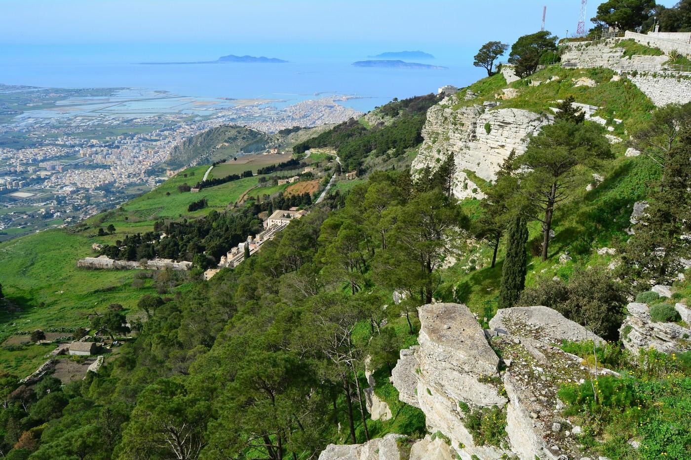 La vue est prodigieuse, où que l'on regarde, depuis le sommet du village, aux alentours du château. D'ici, vue plongeante de 756 mètres vers la mer et la grande ville de Trapani, avec ses salines que l'on voit parfaitement.