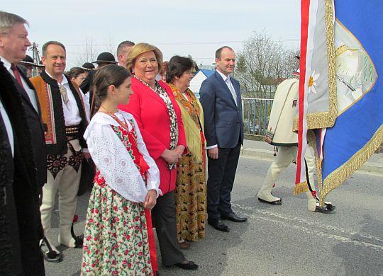 Anna Komorowska w towarzystwie górali i przedstawicieli władz samorządowych.