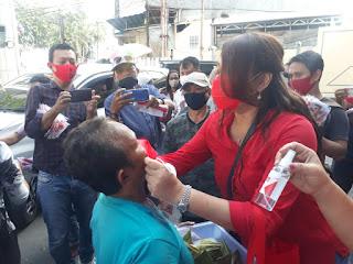 dr. Kartika Devi Tanos Sosialisasi Covid 19 Dengan Bagi Masker dan Sanitizer di Seputaran Jumbo dan TKB