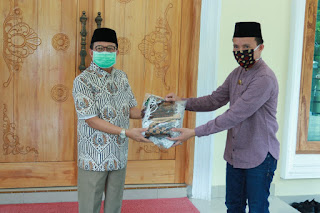Gubernur Jambi Serahkan 1000 Masker Ke Pedagang Angso Duo